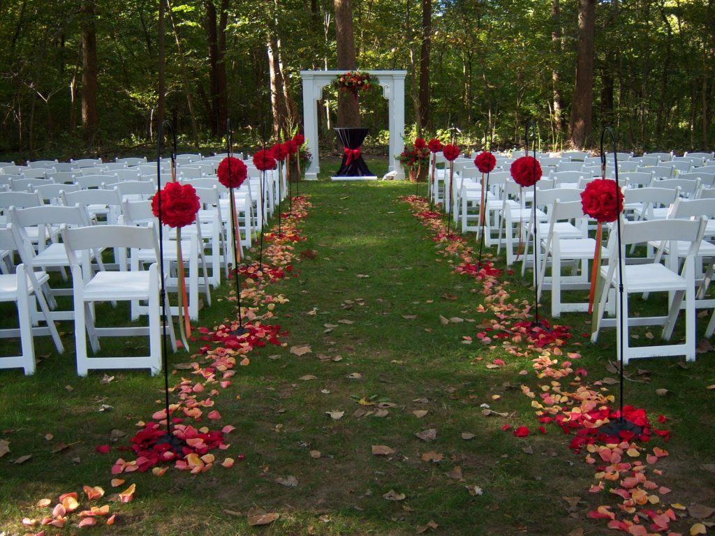 casamento rútico ao ar livre altar