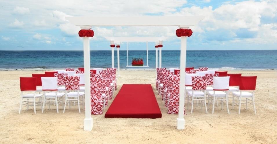 Decoração de casamento vermelho e branco ao ar livre