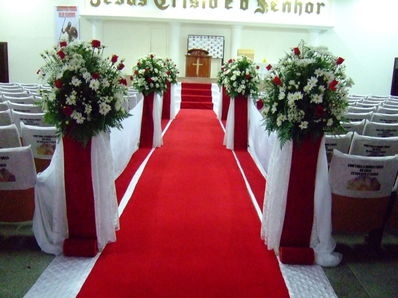 Decoração de casamento vermelho e branco na igreja