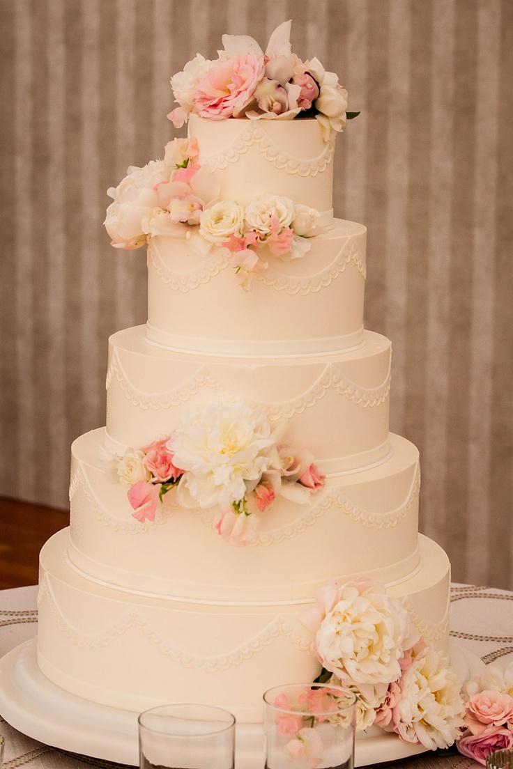 Bolo de casamento redondo com flores