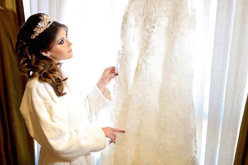 noiva olhando vestido