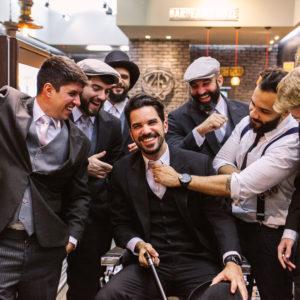 homens arrumando o noivo no dia do noivo