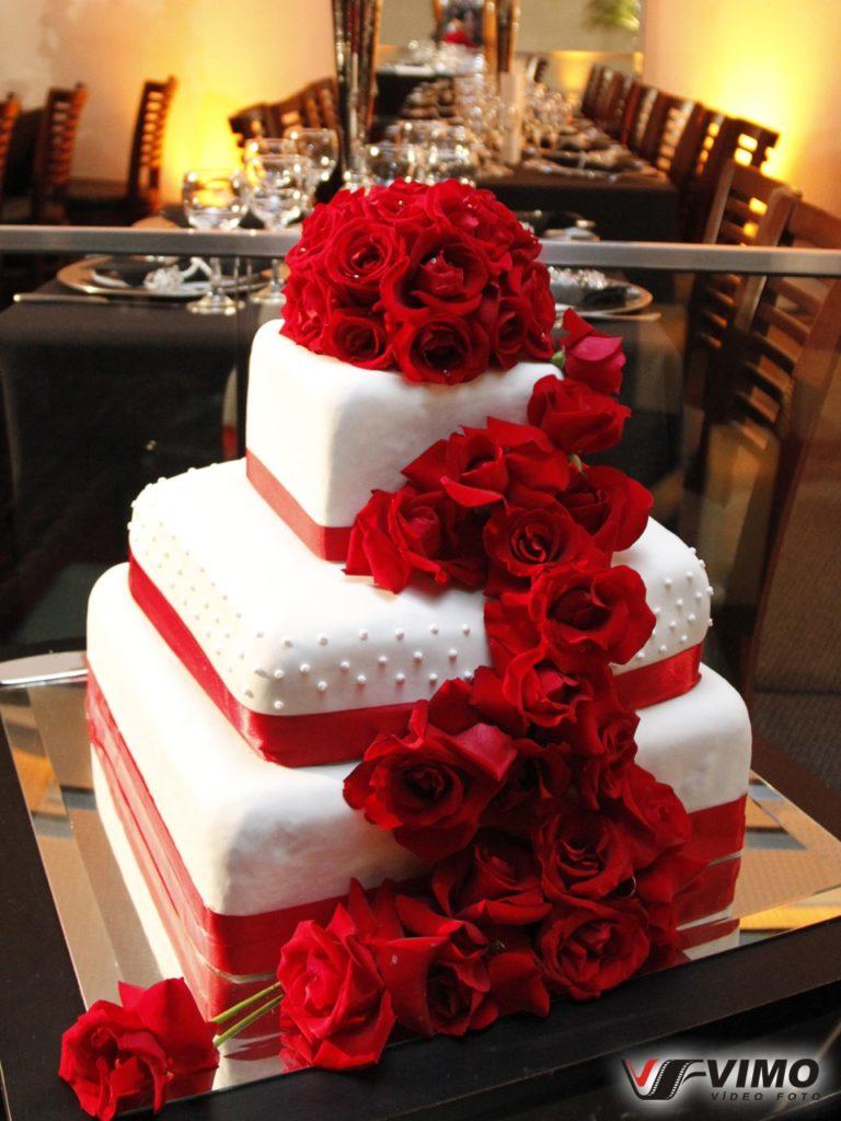 bolo fake branco e vermelho
