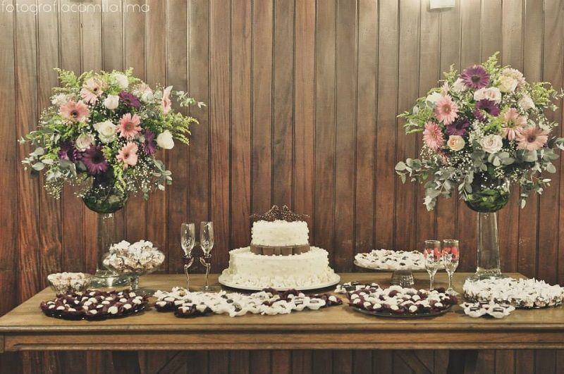 decoração de noivado mesa do bolo