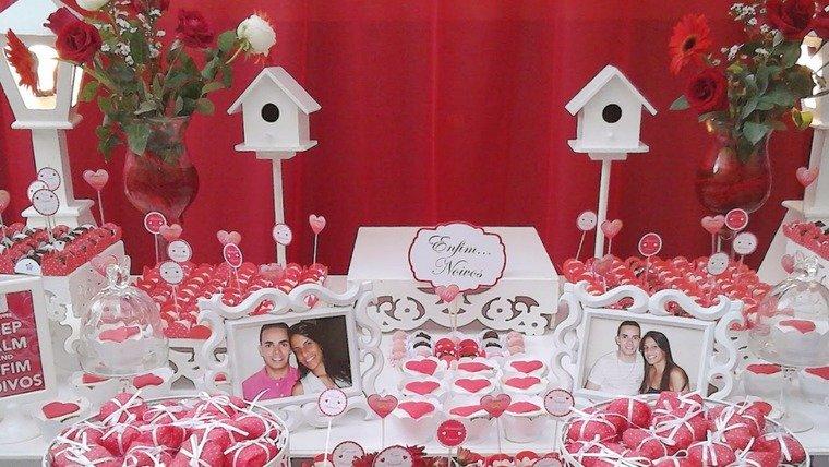 decoração de noivado branco e vermelha