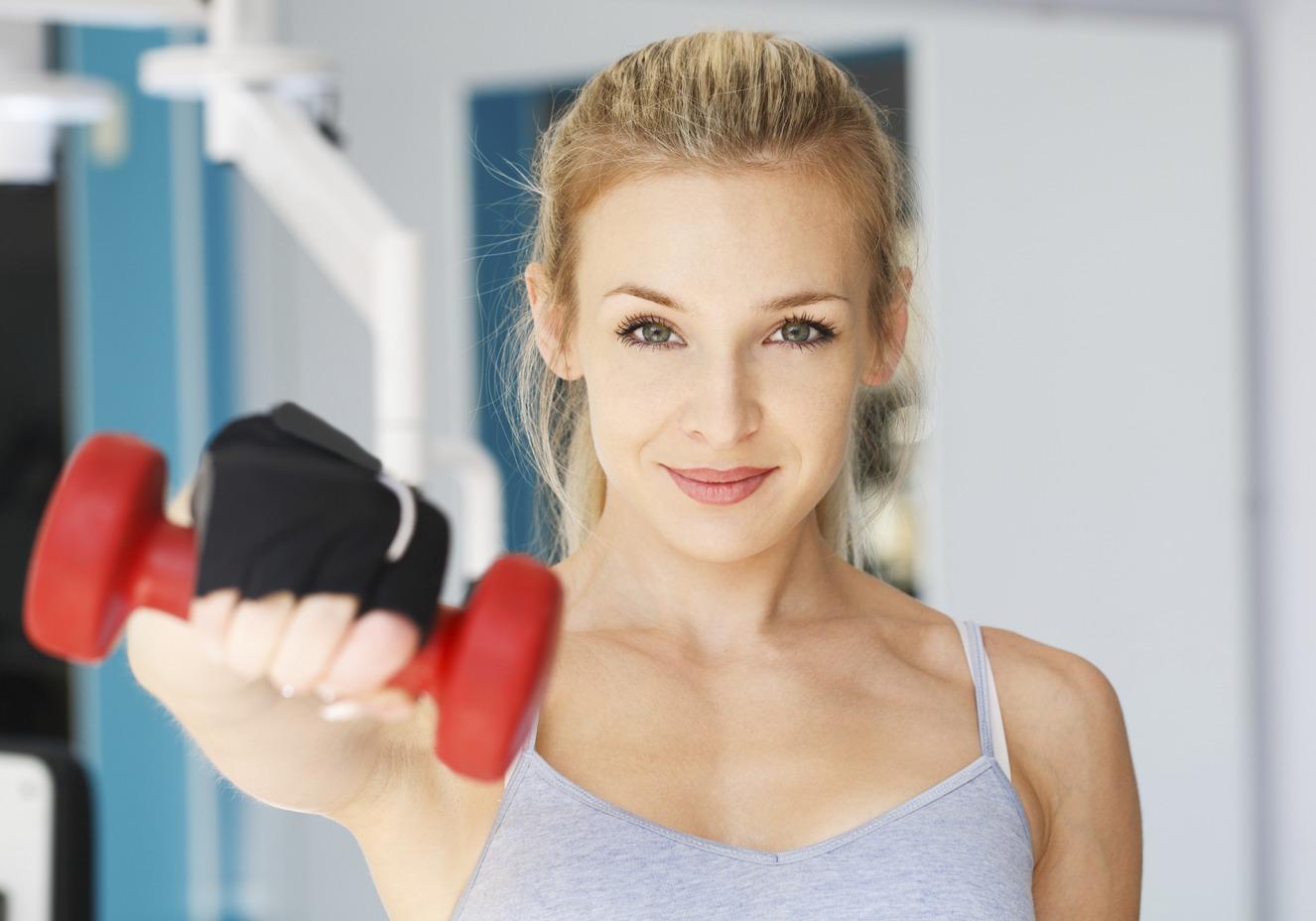 mulher branca fazendo exercicio na academia com disposicao graças ao keto boost