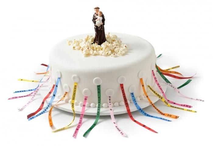 bolo com fitas com aliança