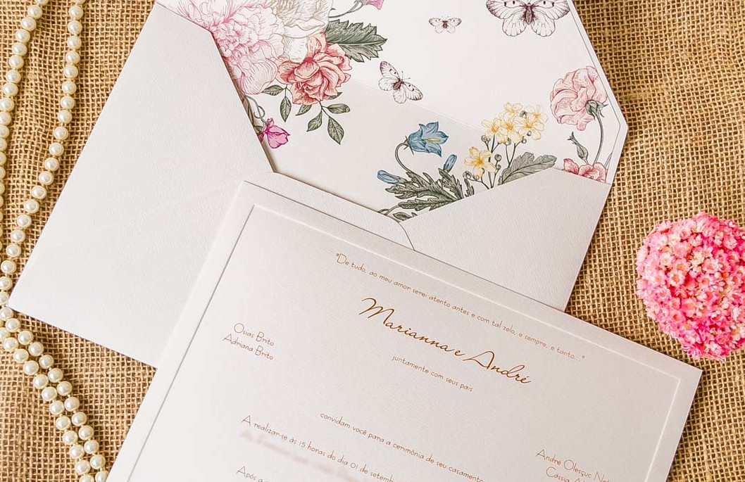 convite de casamento no campo branco com flores coloridas