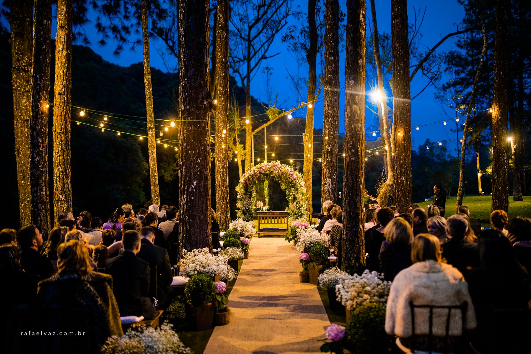 casamento no campo com iluminação e flores