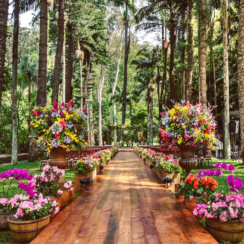 casamento de dia com muitas árvores e flores coloridas no campo