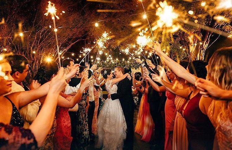 casamento no campo de noite com jogos para iluminar