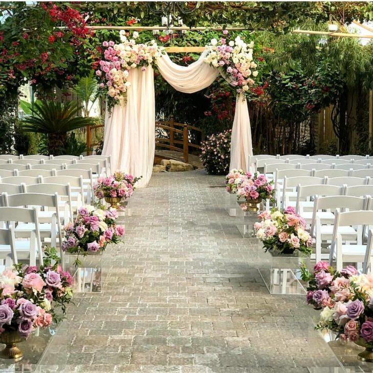casamento simples no campo com flores lilas e rosa