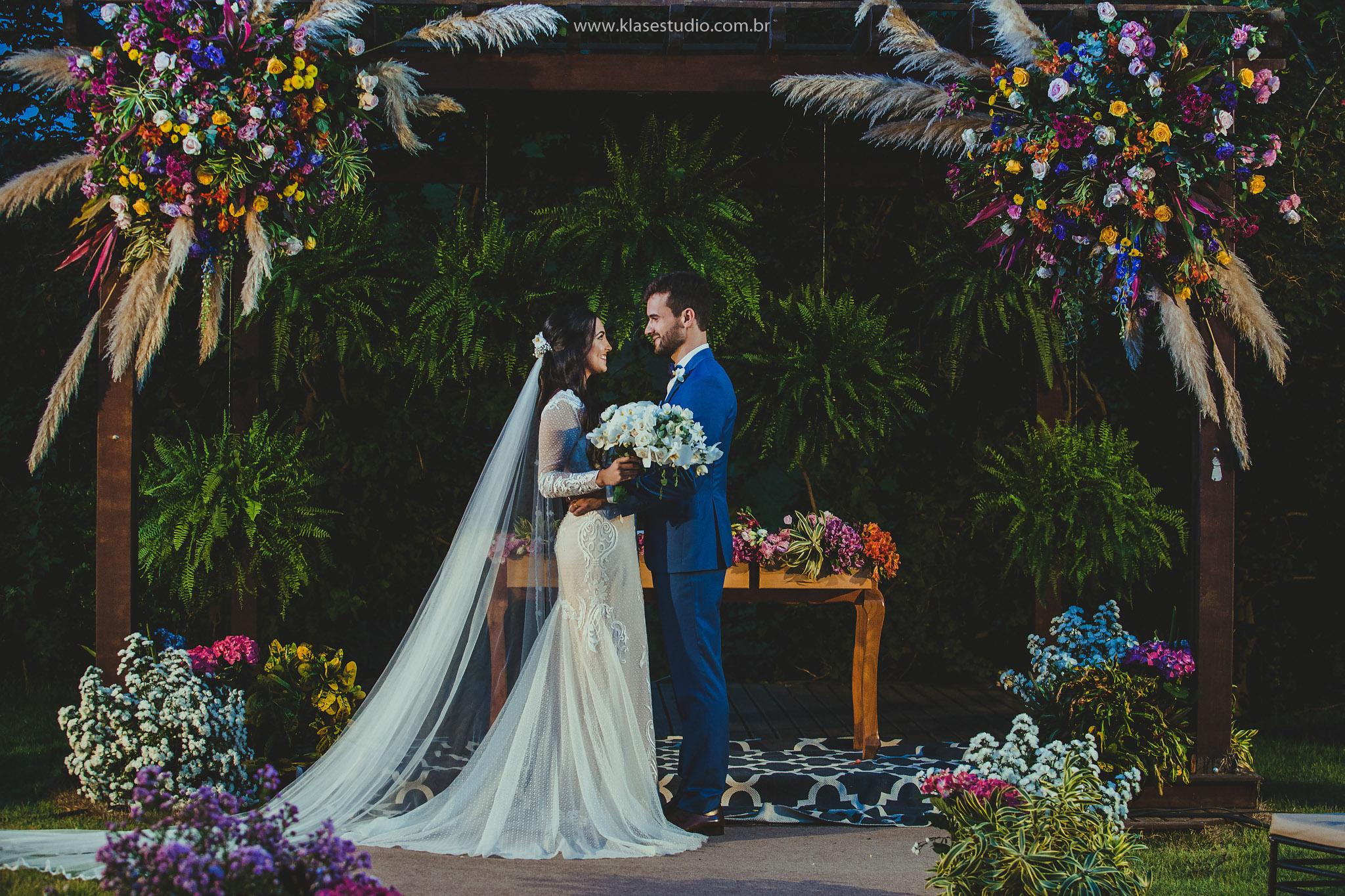 casal casando de noite no campo
