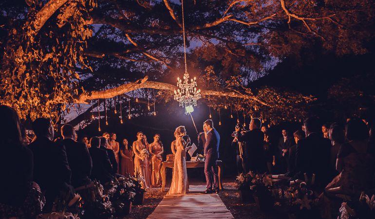 casal casando no campo de noite