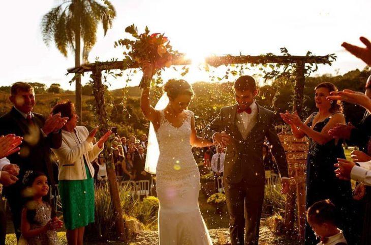 casal casando no campo com por do sol