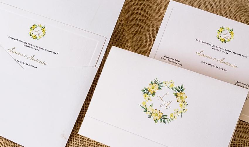 convite de casamento no campo branco com flores