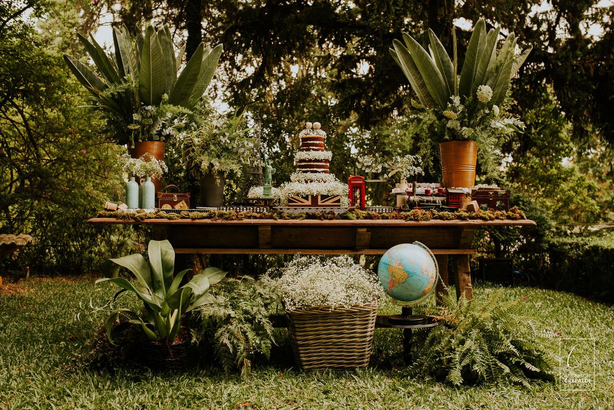 mesa do bolo no casamento no campo