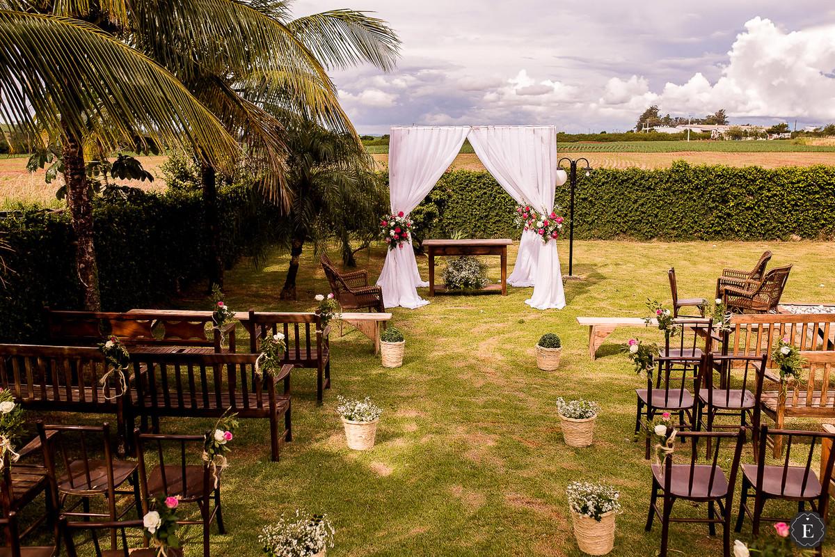 casamento de dia no campo, com cadeiras rústicas, panos e flores