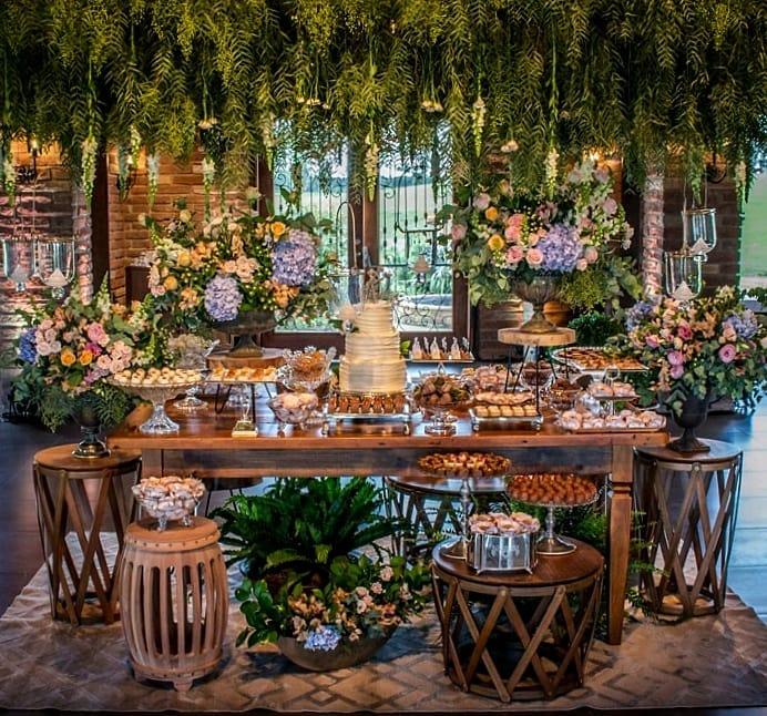 decoração com flores lilás, rosas e verde