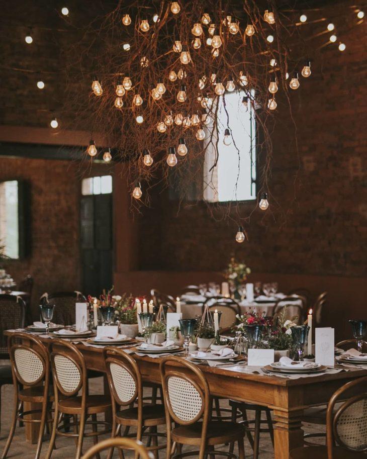 ramos com luzes na decoração no casamento