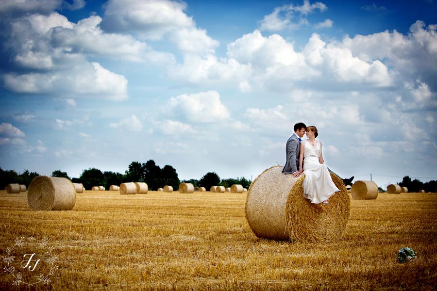 casal tirando foto para o pré-wedding na fazenda