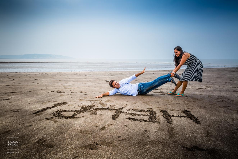 mulher segurando marido que pede ajuda para foto pré-wedding