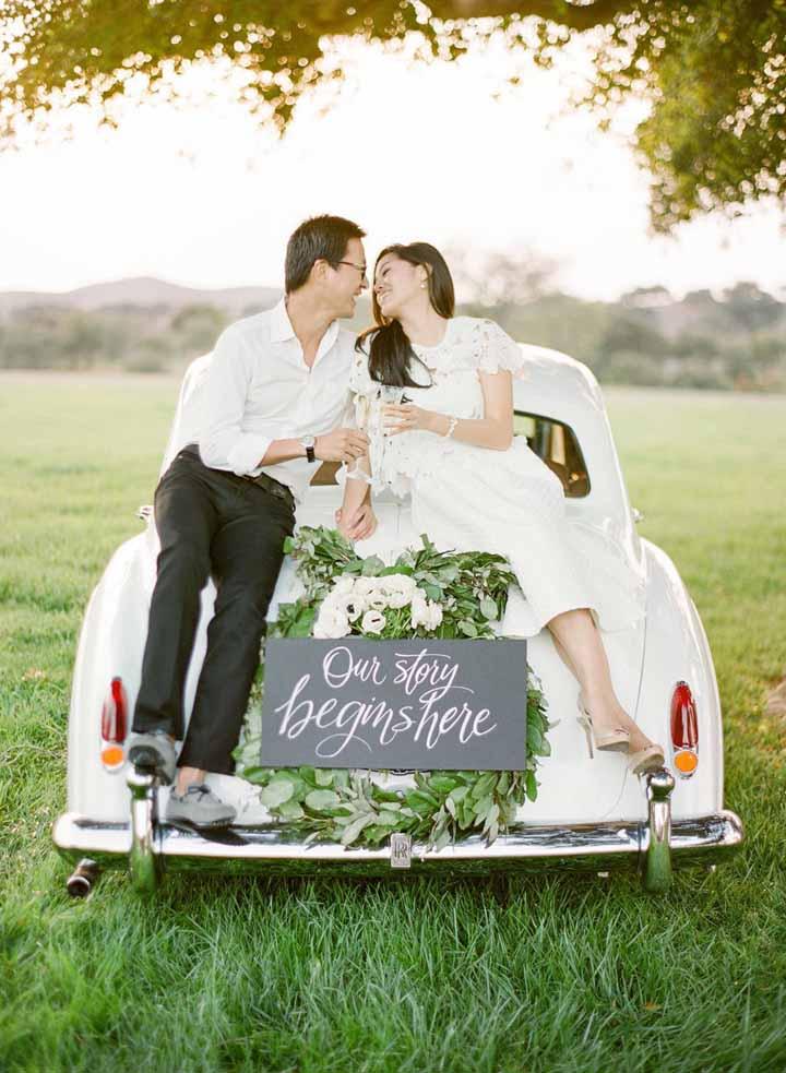 casal em cima do fusca para foto pré-wedding