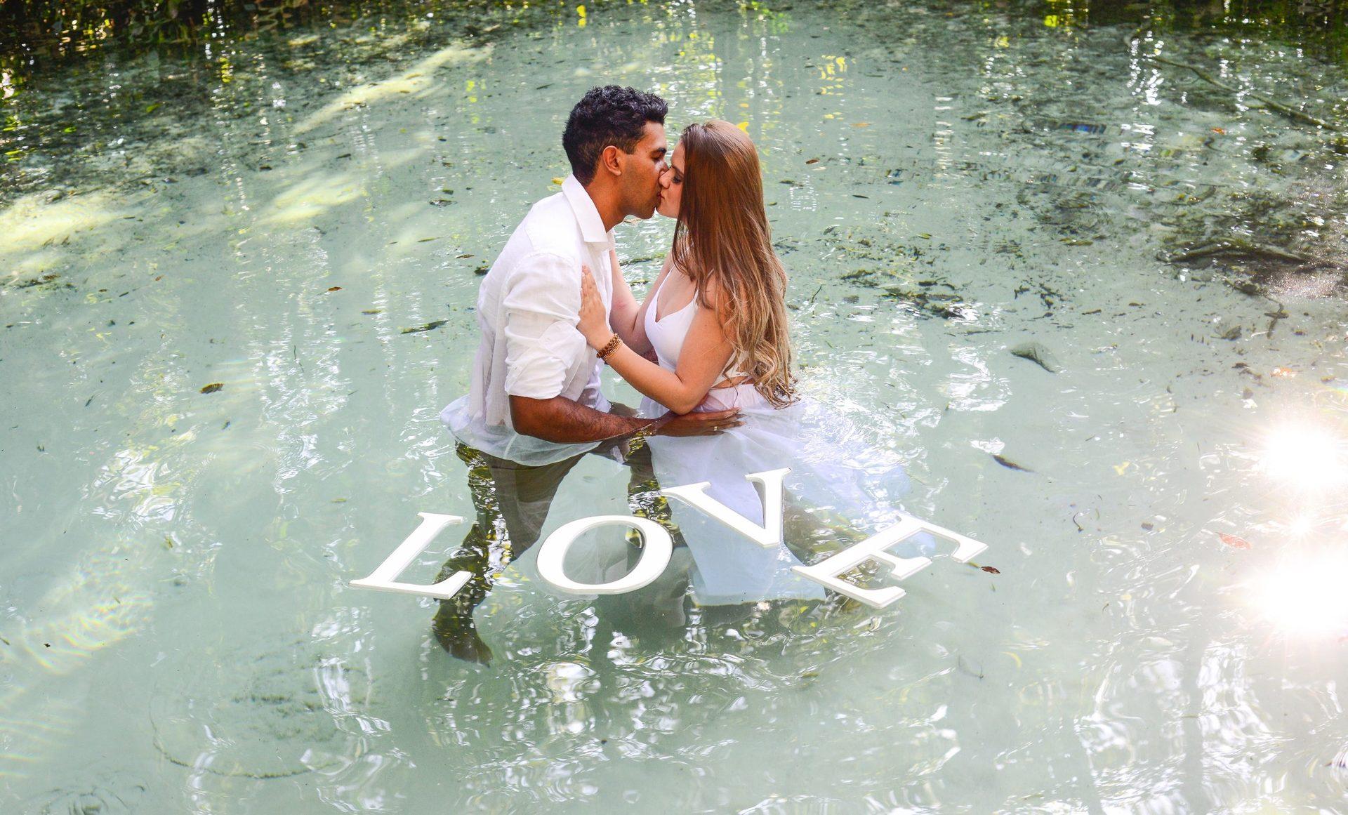 casal se beijando na cachoeira pra foto pre-wedding
