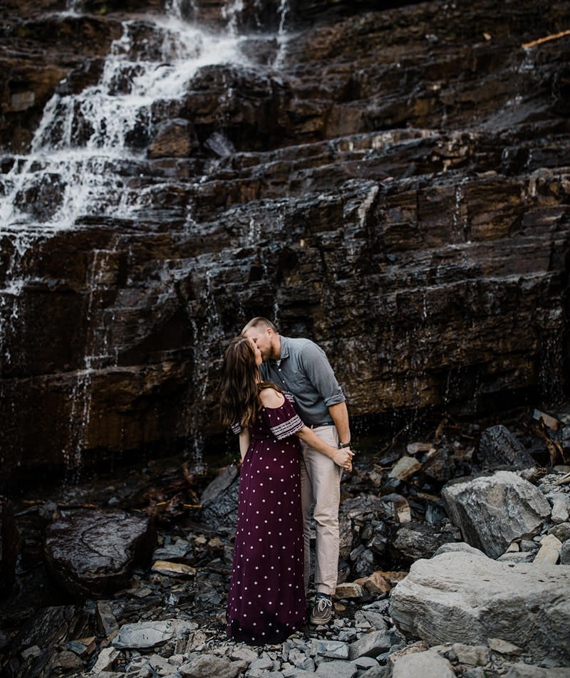 casal na cachoeira se beijando