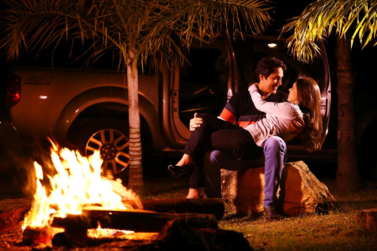 foto de casal de noite com fogueira