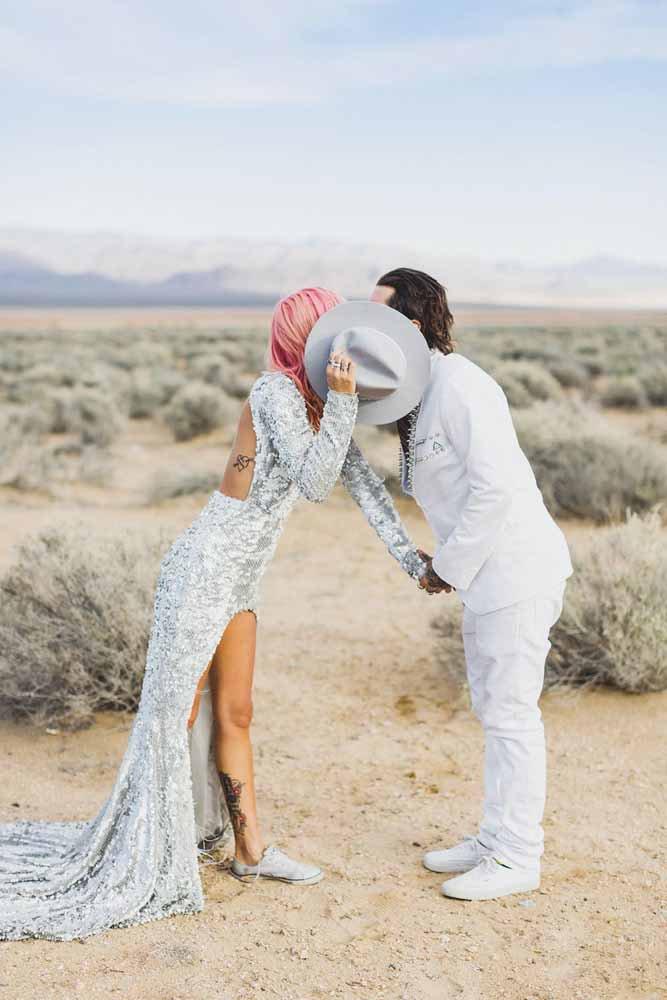 casal escondendo o beijo para foto