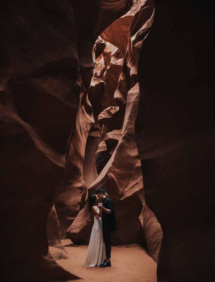 casal dentro da caverna para foto pré-wedding