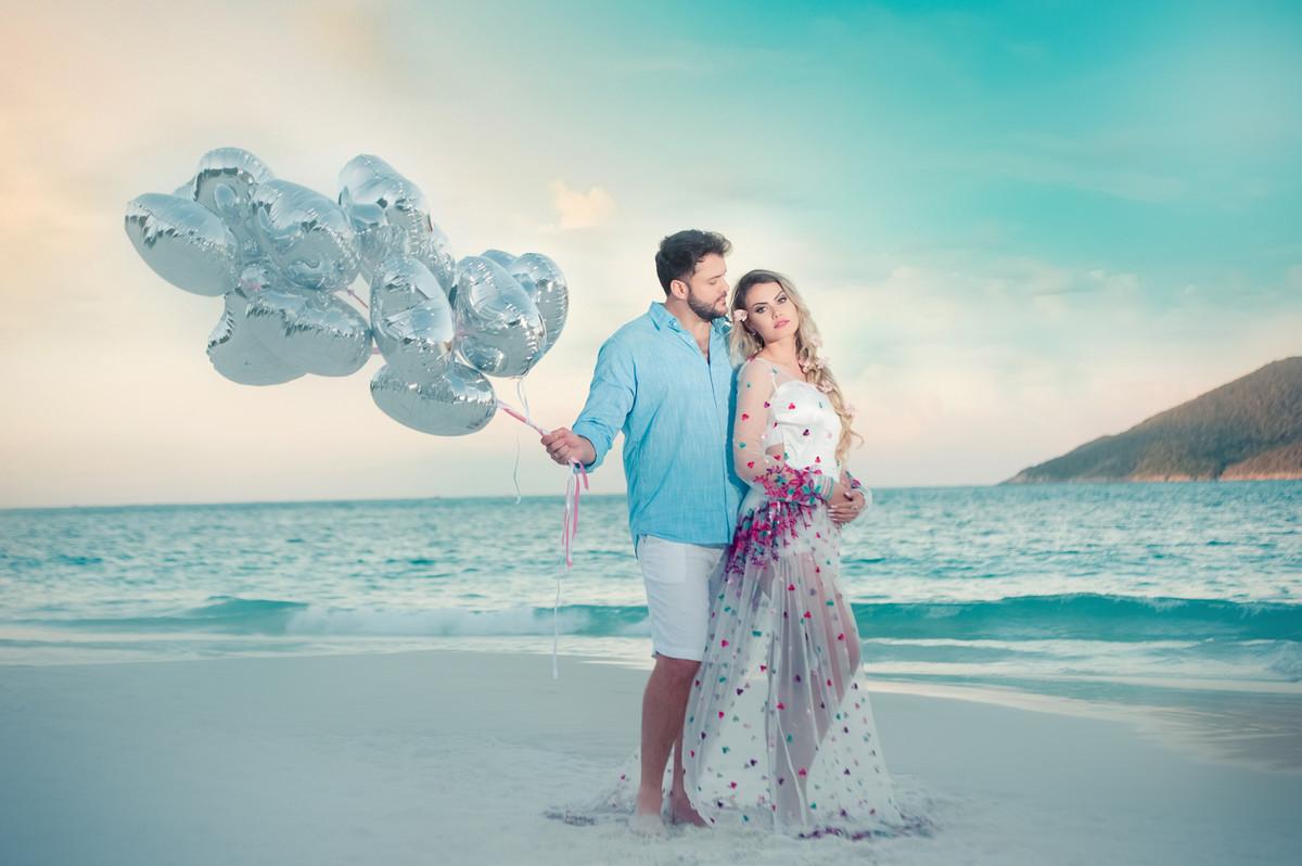 foto pré-casamento na praia com balões