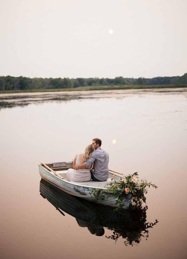 casal no barco em um lago