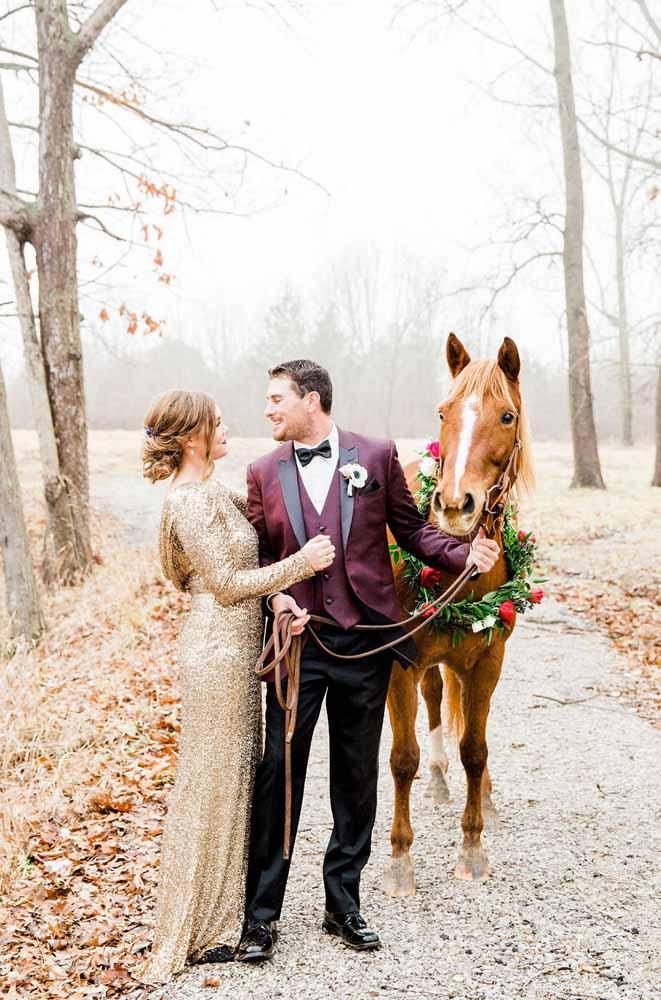 casal com roupa de gala com cavalo