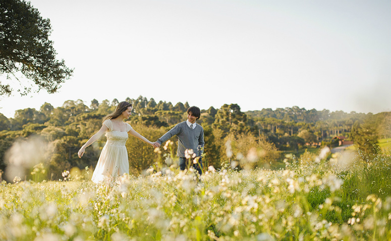 casal no campo cheio de flores