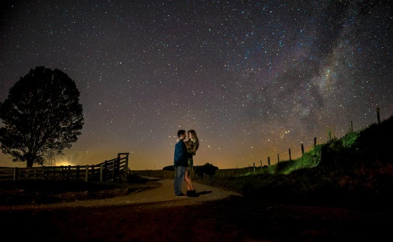 foto de casal de noite ao ar livre