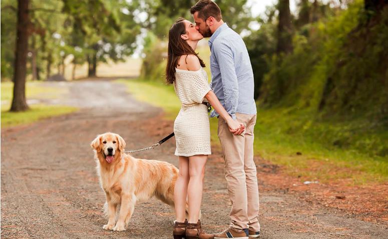 casal de beijando no pré-wedding com cachorro