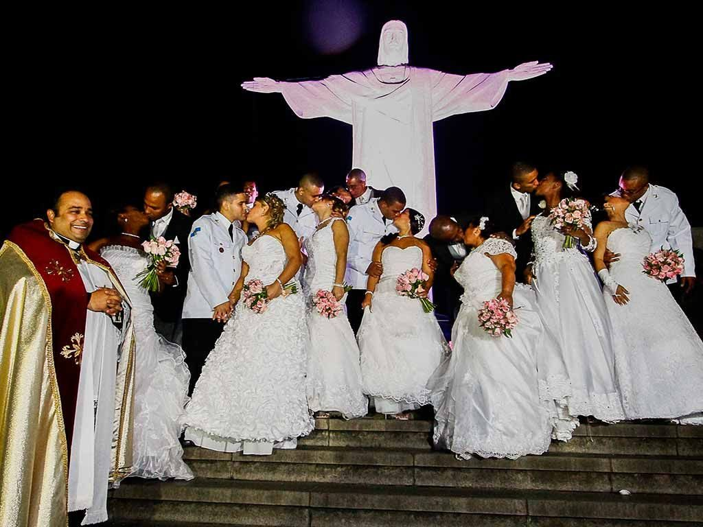 grupo de pessoas fazendo casamento no cristo