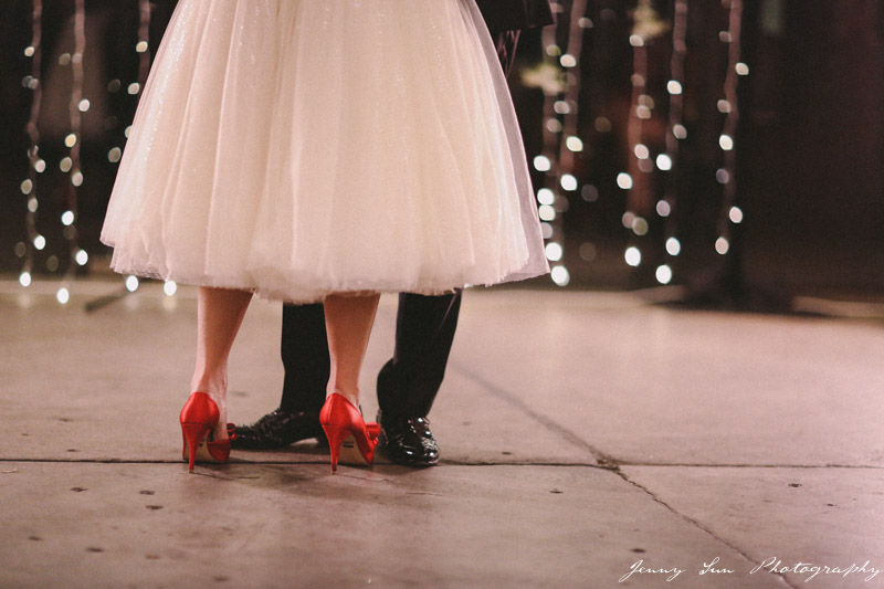 noiva com sandália vermelha